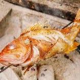 焼き魚は炭火で焼きます。