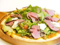ローストビーフのサラダピザ