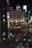 窓がわテーブル席からは銀座中央通りの夜景が広がります