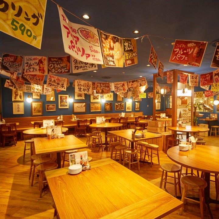 海や港街を思わせる広々店内には大型会社宴会も催せる90席を配置