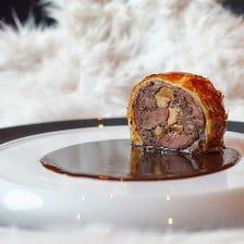 日本鹿(ミンチ肉)のパイ包み焼き 日本鹿のジュとビーツのソース