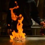 専門の経験を積んだ職人シェフが目の前の鉄板で豪快に調理!