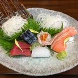 ◆お刺身盛合せ◆ 980円~ 独自のルートで仕入れる旬の鮮魚。素材の味を直にお楽しみ頂ける「お造り」を酒の肴にしています。「すし酒場みなと」自慢の海鮮、まずはシンプルにお造りでお楽しみ頂けたらと思います。その後は握り、焼き、煮込みなど、多種多様な調理法で鮮魚が魅せる新たな驚きをご体感下さい。