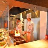 ライブ感あふれるオープンキッチンから出来立てお料理をご提供