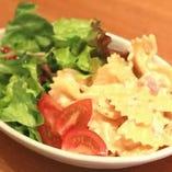 〔mus・日替りランチ〕共通  本日の日替りサラダは    【玉ねぎとツナのサラダ】