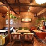 店内は北欧ビンテージの家具で非日常の空間を堪能!