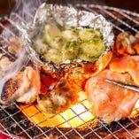 炙った「にんにくホイル焼き」と、焼いた「鶏トロ・バジル焼き」を一緒に食べると美味しさがいっそう増します!