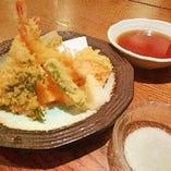 青山がらり自慢の天ぷらです!お蕎麦と一緒にどうぞ!