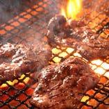 備長炭でじっくり焼き上げたこだわりの熟成牛タンは人気メニュー
