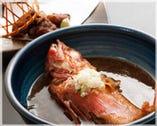 逸品お料理も充実しています。 「金目鯛の煮付け」は絶品