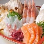 「北海盛合せ刺身 1980円(税込)」北海道で獲れた魚貝を中心に、日替わりで中身が変わります。