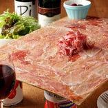 【自慢の一品】イタリア産&スペイン産 生ハムとサラミのてんこ盛り