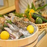 東海三県の朝獲れた魚介を直送しているので、鮮度が抜群。心をこめて調理いたします。