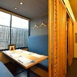 1階個室:格子扉で仕切られており、デザイン性の高い空間はより一層の上質感が感じられます。