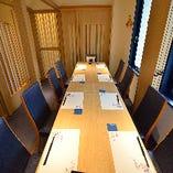 1階個室:仕切りを外して最大16名様までご利用可能な個室空間。ご家族でのお集まりはもちろん、同僚の方々との会社宴会にもぴったり。