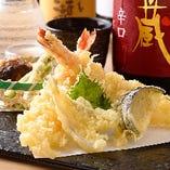当店の天麩羅油は、三重県九鬼産業の胡麻油を独自のブレンドで調合し、 素材の味を活かしながら、風味豊かな香りで食欲を掻き立てます。