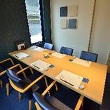 個室:当店2階には大小様々な人数に対応可能な完全個室を完備しております。6名様×1卓、4名様×2卓、8名様×1卓のお席がございますので、お気軽にお申し付けください。