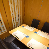 1階個室:店内奥にある4名様掛けのテーブル席個室です。完全個室になっておりますのでプライベート空間が保たれます。