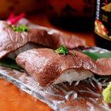 お肉の旨みを堪能!「霜降和牛炙り 肉寿司」