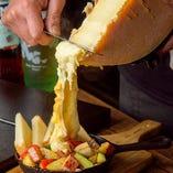 表面を香ばしく炙りとろけたチーズを厳選素材と満喫できるラクレット
