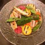 焼き野菜のバーニャカウダは見た目も鮮やかな季節野菜を使用。