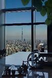 地平線を背景にそびえるタワーなどを望める、天空のレストラン。