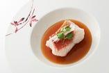 スペシャリテは、希少価値が高い「東星ハタ」の蒸し料理。