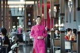 シックな色調の内装に、スタッフの色鮮やかなドレスが映える。