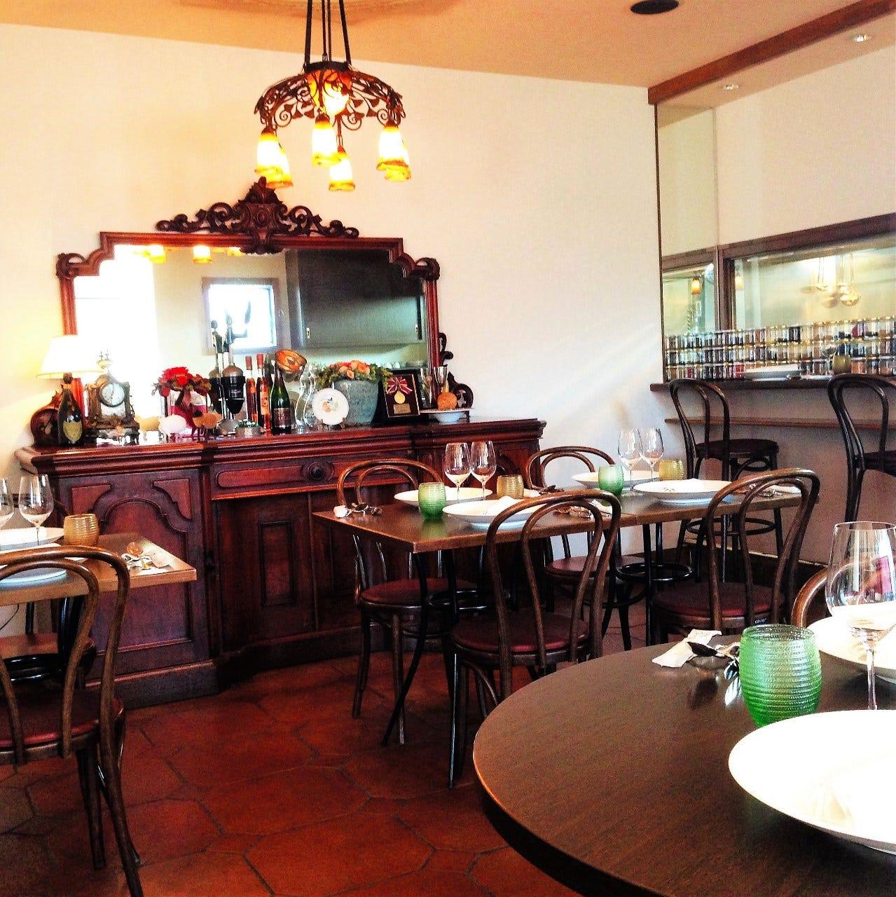 アンティーク家具と温かみのあるシャンデリア