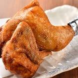 【人気の逸品】 表面はパリッと中はジューシーな若鶏の半身揚