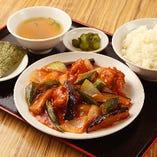 鶏から揚げと茄子のチリソース定食