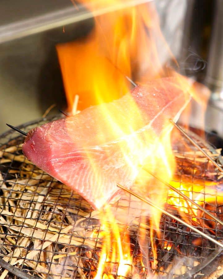 店内で焼く カツオの藁焼き