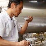 カツオや椎茸、昆布などで出汁をとりやさしく深みのあるツユに