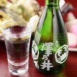 日本酒も取り揃えております。焼きさつまあげや板わさなどお酒に合う逸品と一緒にお楽しみください。