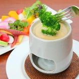 バーニャカウダ:農園直送旬の野菜を、にんにくとアンチョビの自家製ソースにつけて