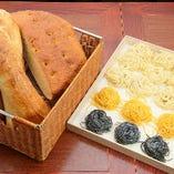 フォカッチャ(ローズマリー風味の柔らかいパン)、チャバッタ(フランスパンタイプのパン)の2種類をご用意しております。