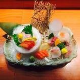 新鮮なお魚の刺身と握りの盛りあわせ