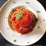あふれるトマトと生バジルのパスタ