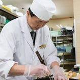 当店の料理人が作り上げる、日本の四季の恵み「旬」を活かした実直な料理と、器が醸す華ある風情をお楽しみください。