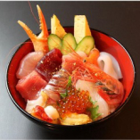 見た目にも美しい色鮮やかな海鮮丼。