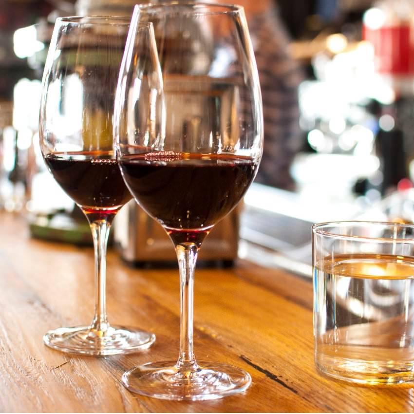 自慢の肉料理にはやっぱりワイン! 特製ワインセラーはCP抜群ワインの宝庫!