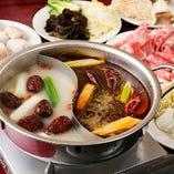 20種以上の香辛料が効いた火鍋は赤白2種類のスープで愉しめる♪
