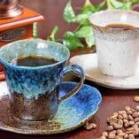 モカ、インドネシアをご用意。香り高いコーヒーをお楽しみください