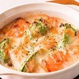 アボカドとサーモンのチーズ焼き 690円(税抜)