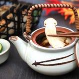 山の旨味の最高峰といえば、松茸の芳しい香りが際立つ土瓶蒸し