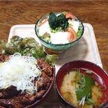 今週の週替わり《純レバ丼と豆腐サラダ》