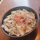 今週の週替わり《豚丼&大根と水菜のサラダ》