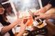 美味しい酒と楽しい仲間が集まったら、みんなでカンパーイだっ!