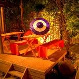 小庭のテラス席