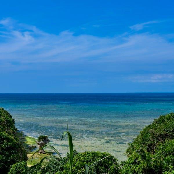 店内から真っ青な海が一望できます